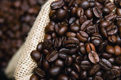 El mundo está enfrentando grandes retos económicos que pueden cambiar a los mercados, pero también es cierto que determinados consumos, como el del café, nunca van a caer. Por ello, los inversionistas pueden encontrar buenas áreas de oportunidad en este sector. Conócelas.